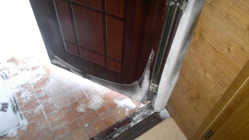 Входная дверь занесенная снегом