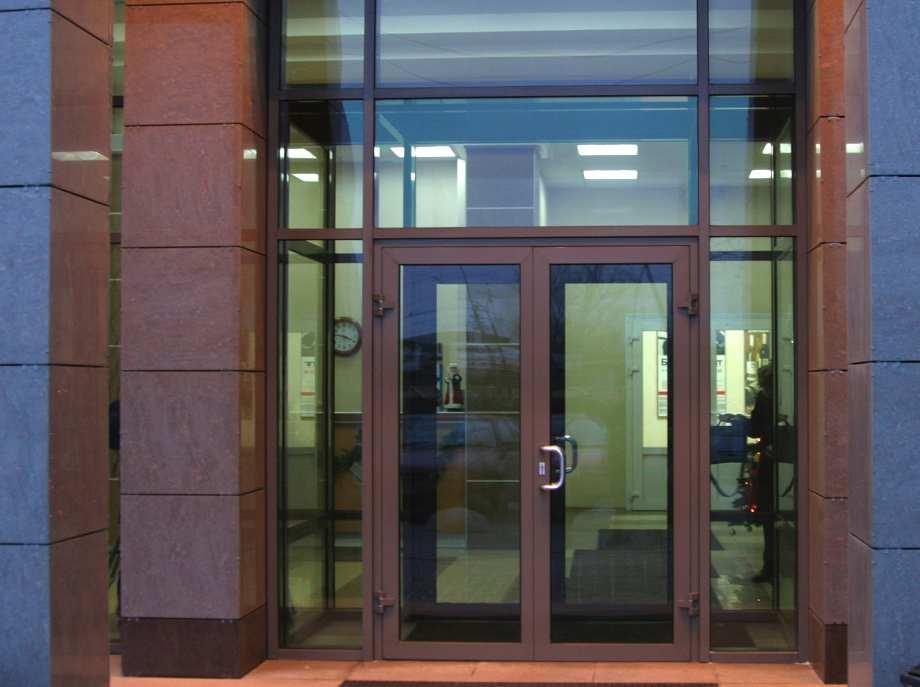 Металлопластиковая дверь на входе в офисное здание