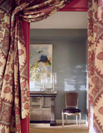 Плотные шторы на дверном проеме