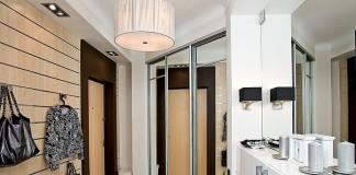 Зеркальный шкаф напротив двери