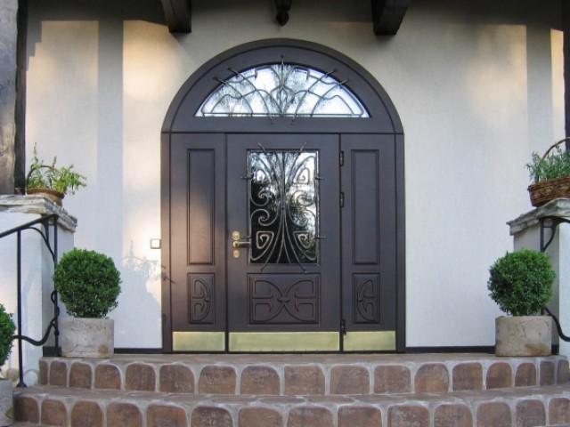 Арочная дверь с ковкой