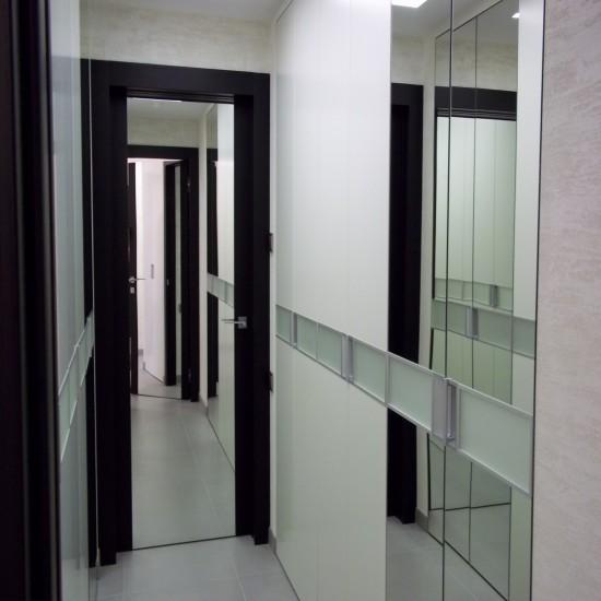 Дверь с зеркальной вставкой в интерьере