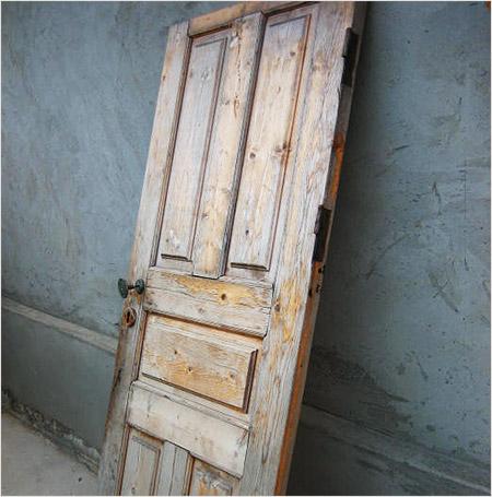 Старая дверь из дерева