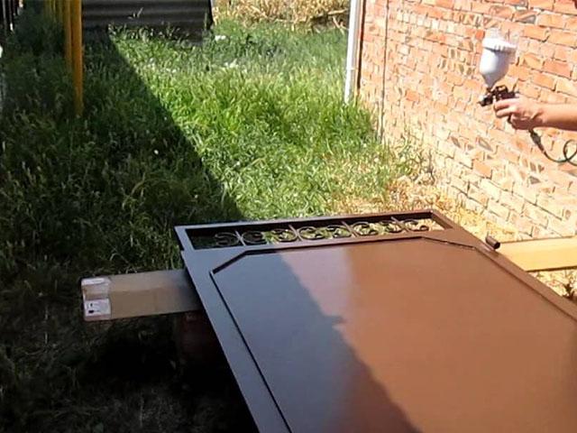 Процесс окрашивания полотна двери из металла