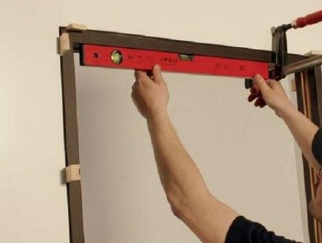 Проверка ровности установки дверной коробки