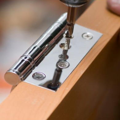 Прикручивание петли на деревянную дверь