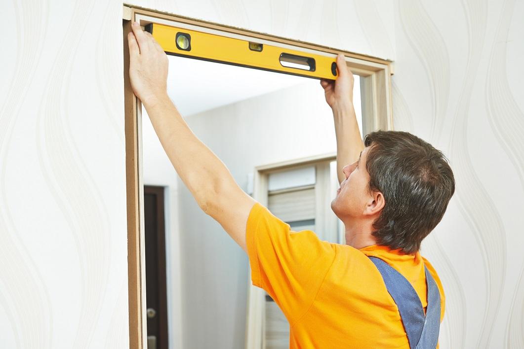Проверка ровности установки коробки двери