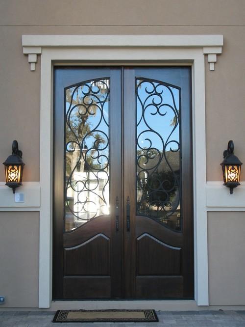 Входная дверь с ковкой в частном доме