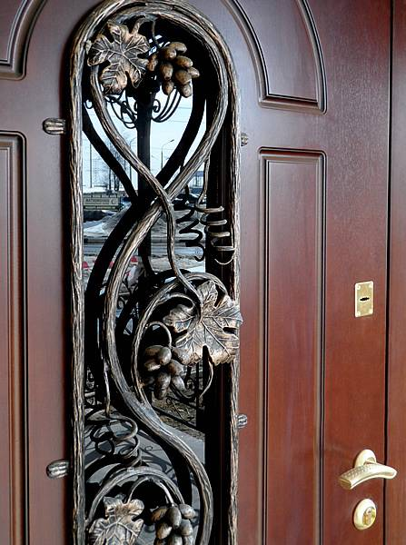 Кованный декор на железной двери