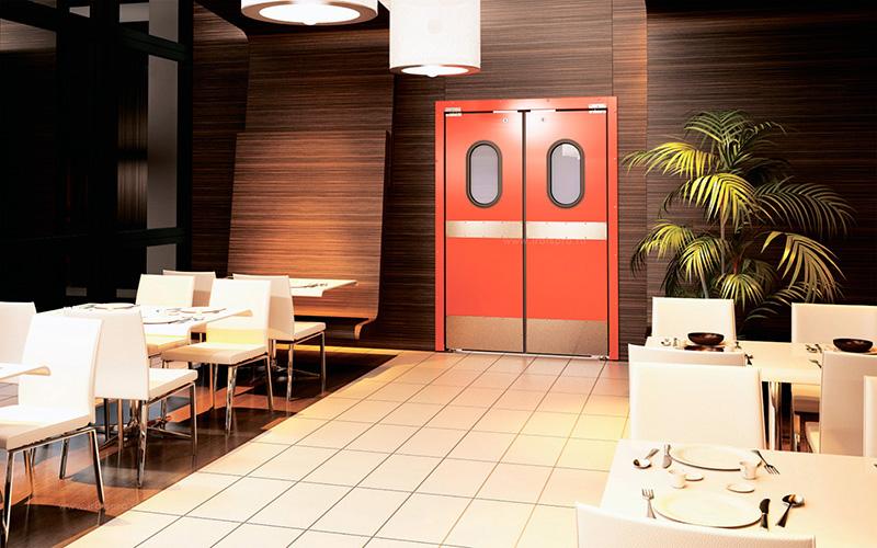 Маятниковая дверь в ресторане