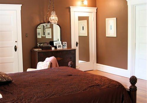 Зеркальная дверь в спальне