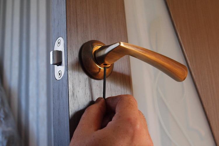 Монтаж ручки межкомнатной двери
