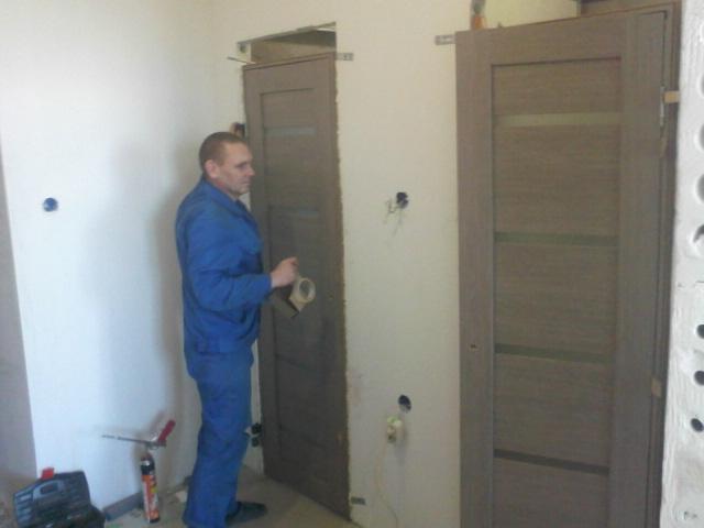 Монтаж дверей в санузлы