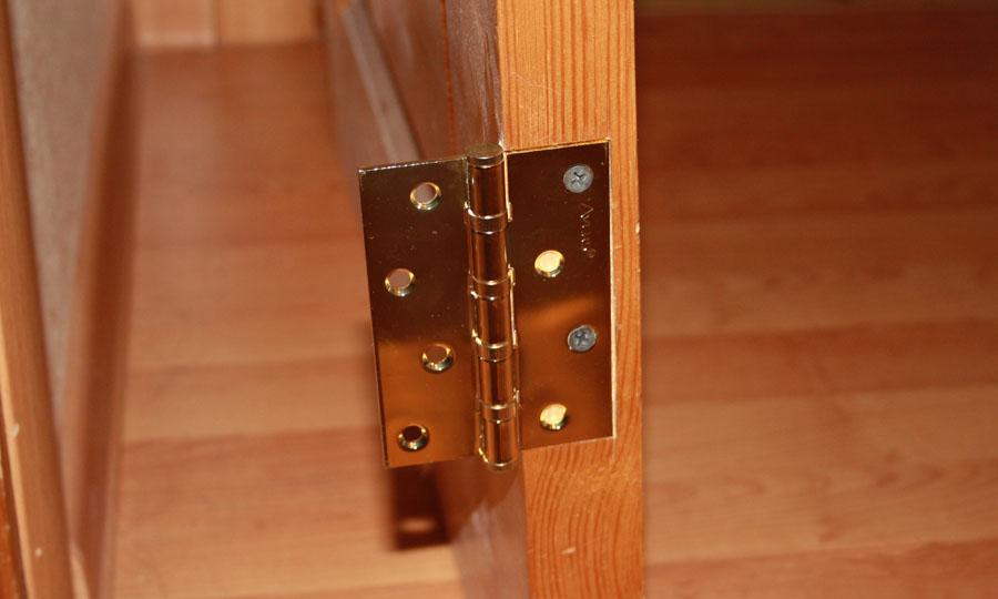 Петли на полотне межкомнатной двери