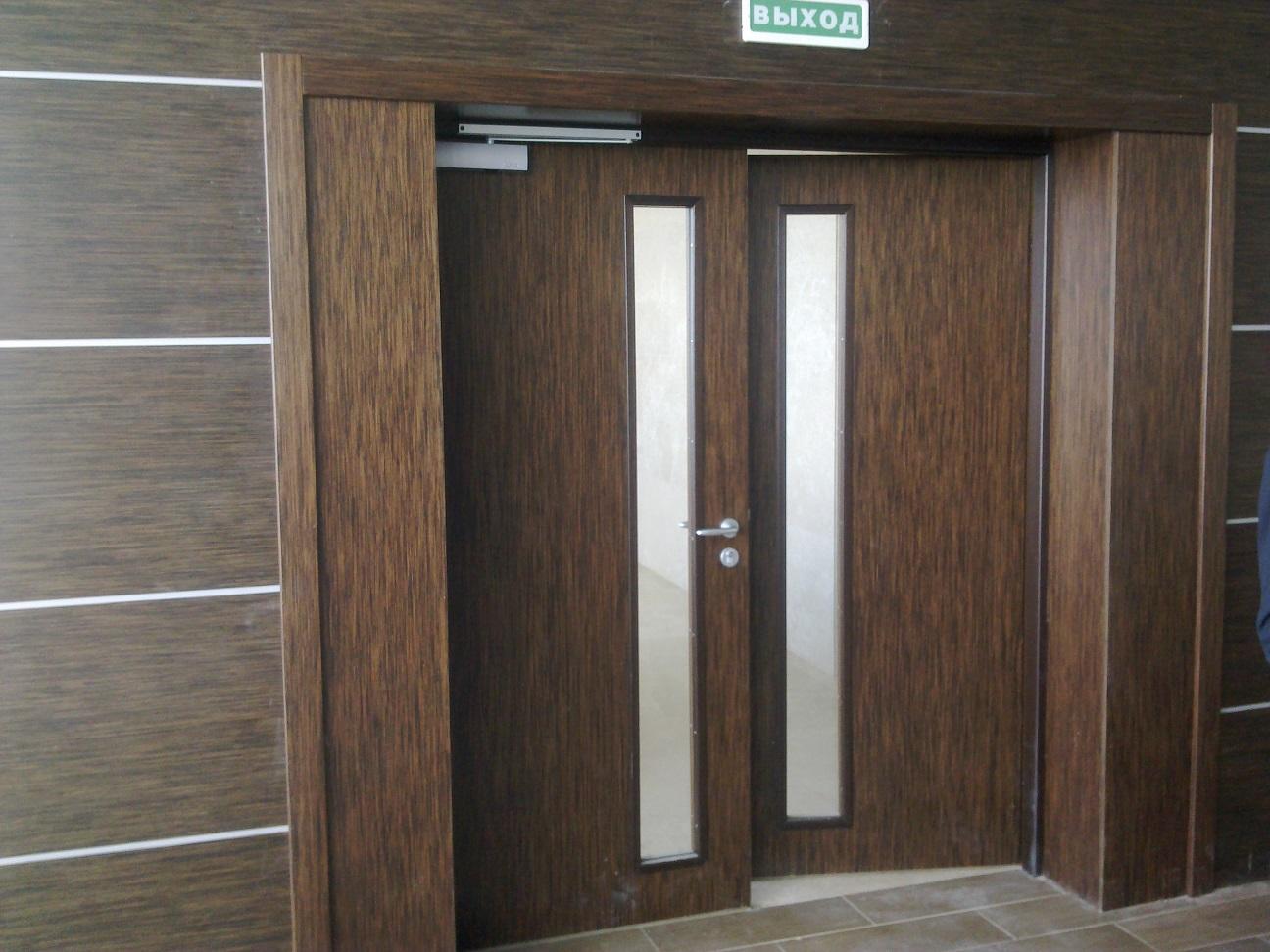 Маятниковая дверь с отделкой под дерево