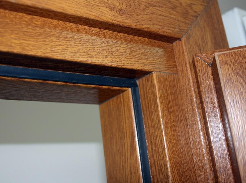 Уплотнитель на деревянной двери