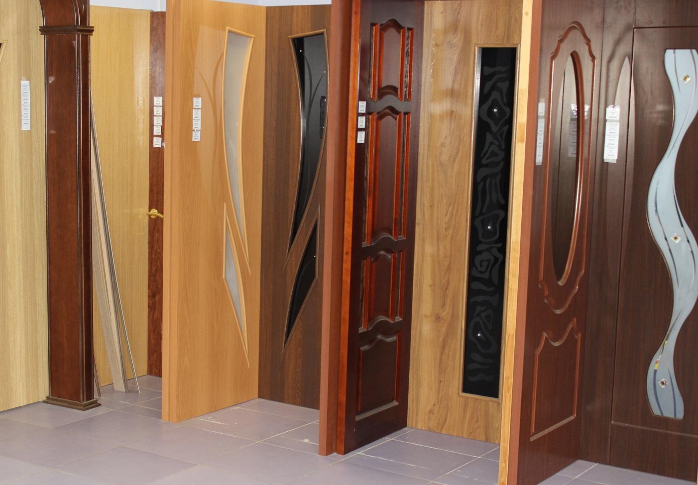 Различные модели межкомнатных дверей в салоне продаж