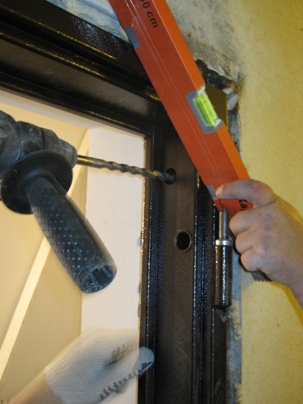 Закрепление металлической дверной коробки