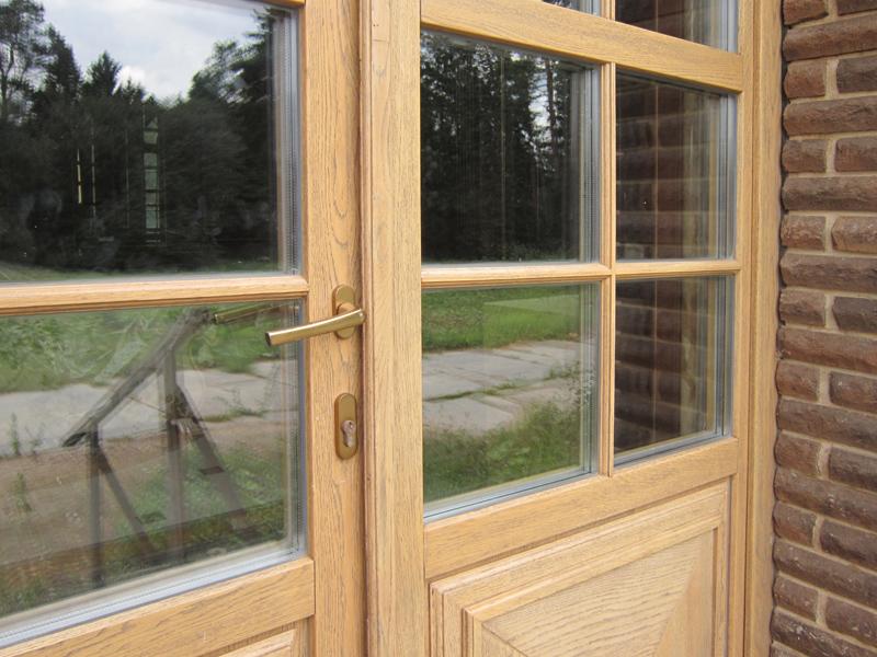 Дверь из дерева со стеклопакетом