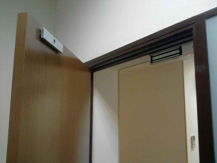 Электромагнитный замок на дверном полотне