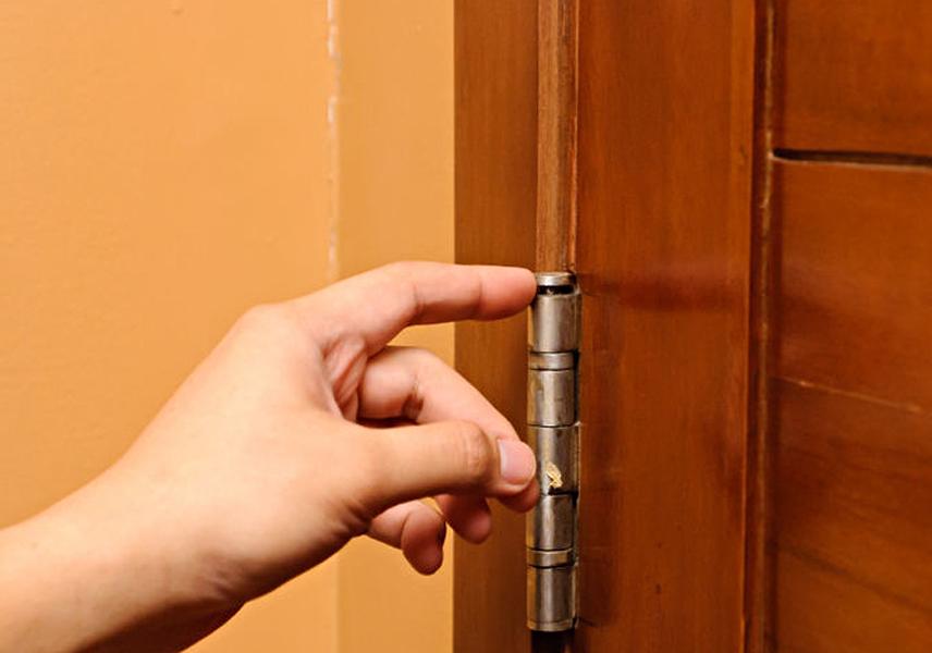 Петли на деревянной двери