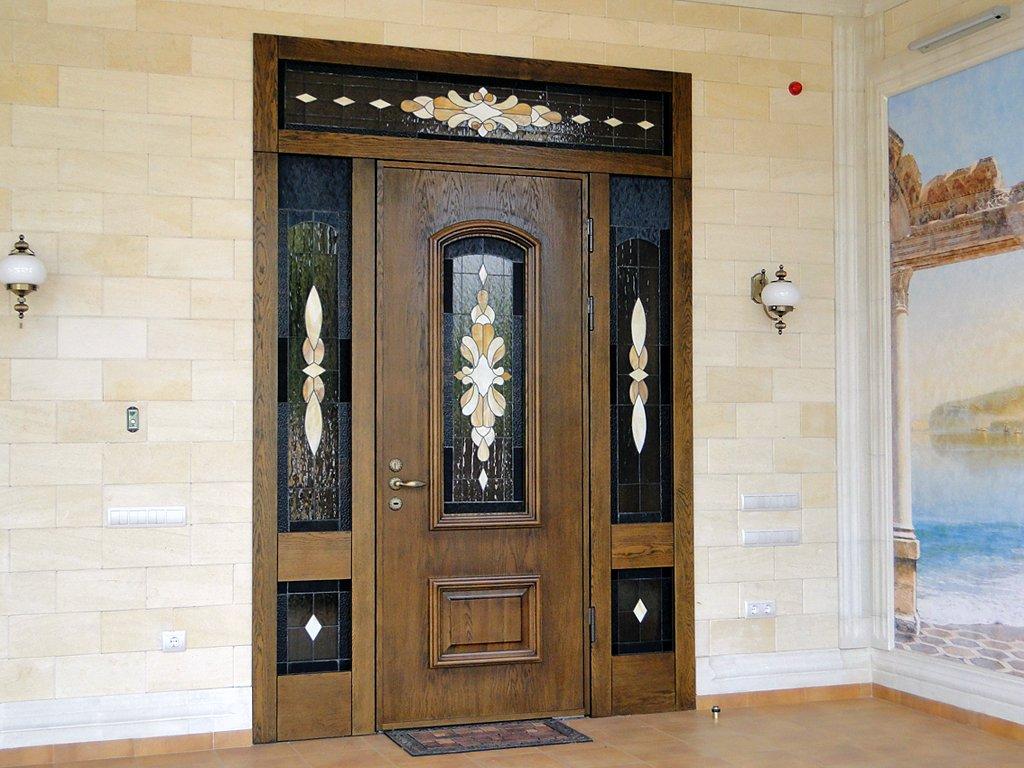 Деревянная дверь со стеклянными вставками