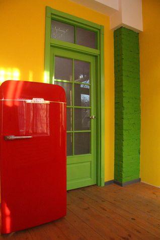Зеленые двери и желтые стены