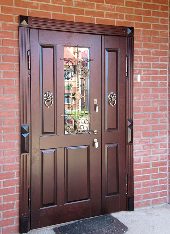 Входная дверь со стеклом и ковкой