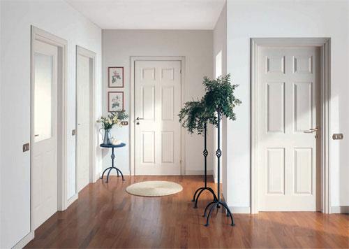 Светлые двери и белый коврик