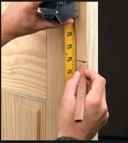 Разметка места установки замка двери