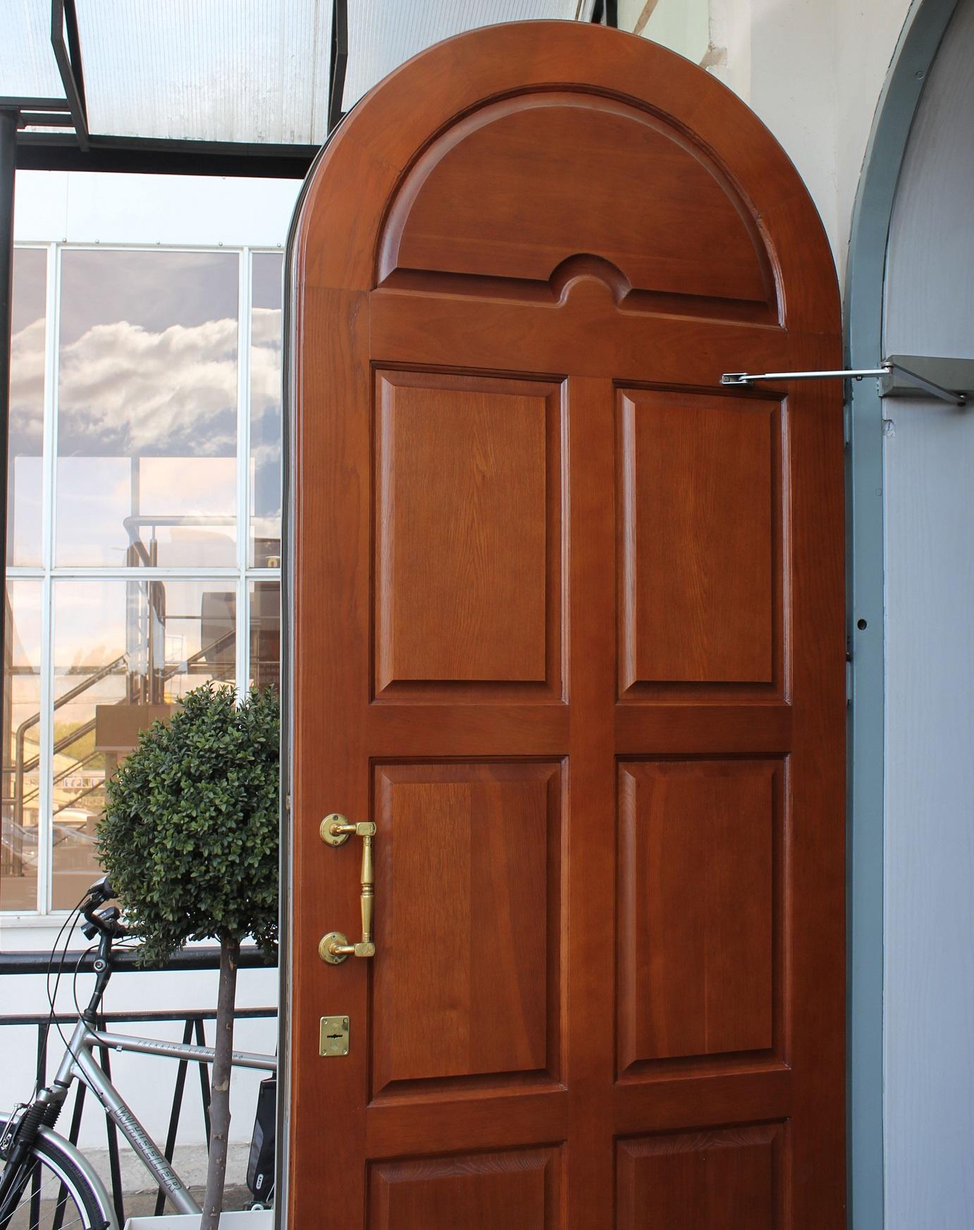 Деревянная дверь с ручкой скобой