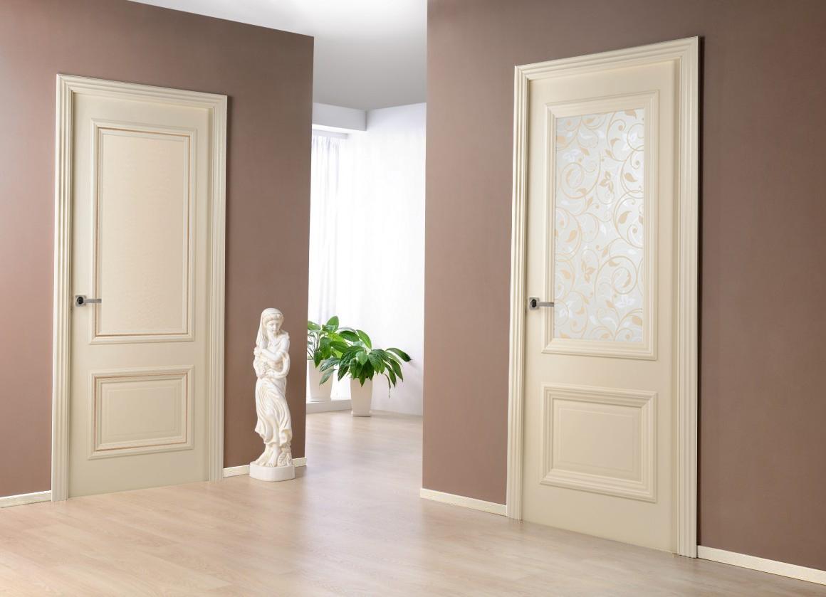 Светлые двери и коричневые стены