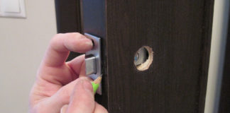 Процесс монтажа ручки на дверь