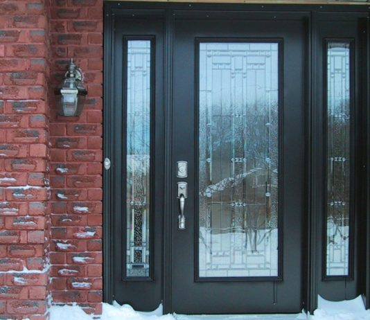 Входная дверь со стеклянной вставкой в частном доме