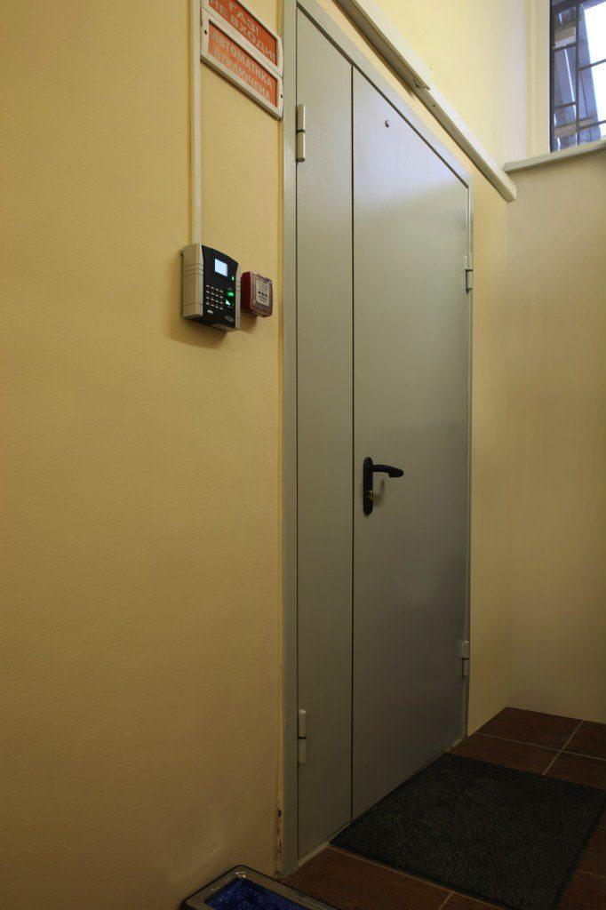 Дверь в серверную