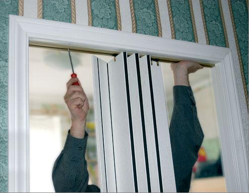 Навешивание полотна двери-гармошки