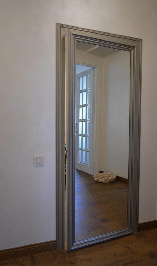Распашная зеркальная дверь