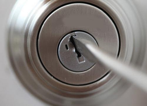 Открытие замка с помощью отвертки