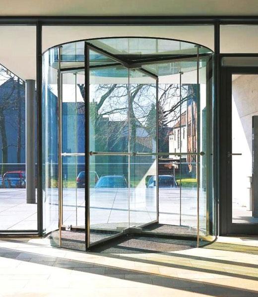 Роторная дверь из стекла