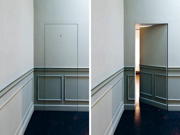 Потайная дверь в стене