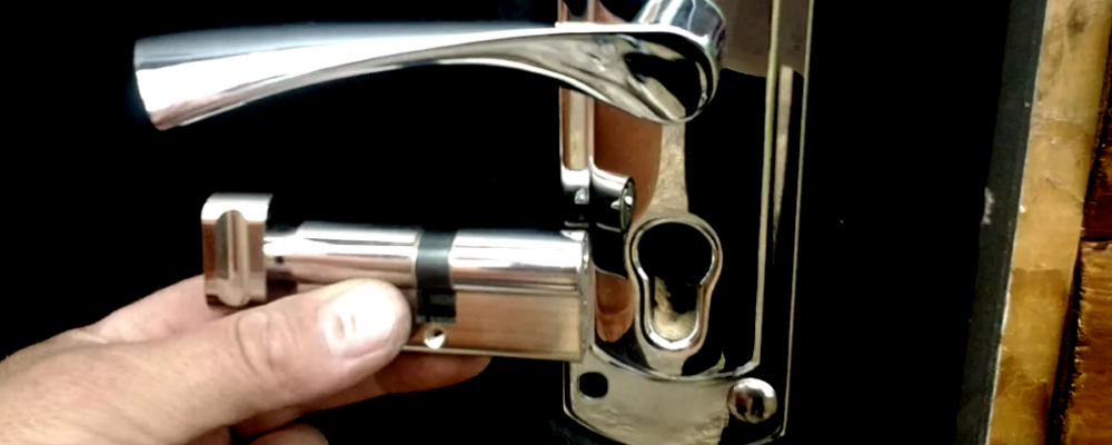 Замена личинки двери
