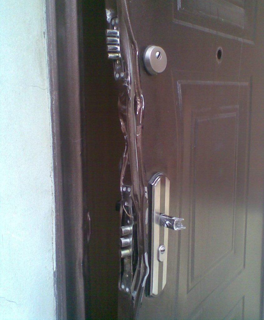 Сломанная дверь