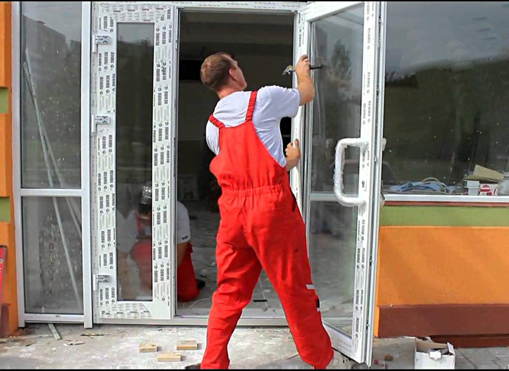 Демонтаж пластиковой двери