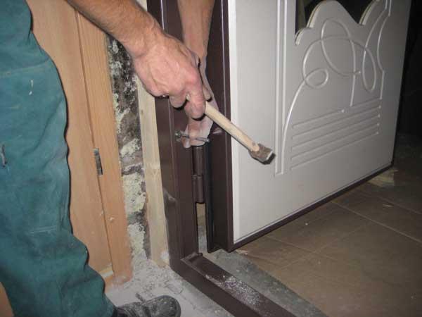 Крепление коробки входной двери