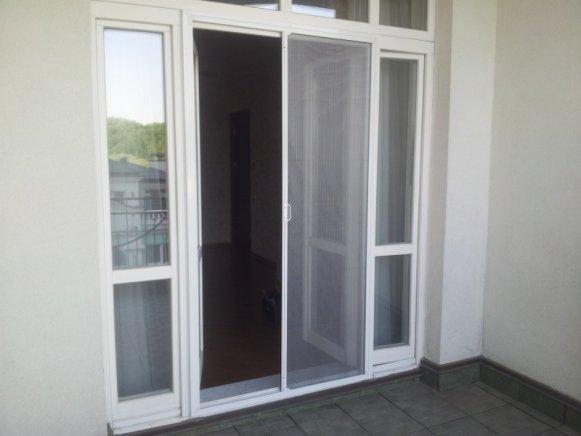 Раздвижная сетка на балконной двери