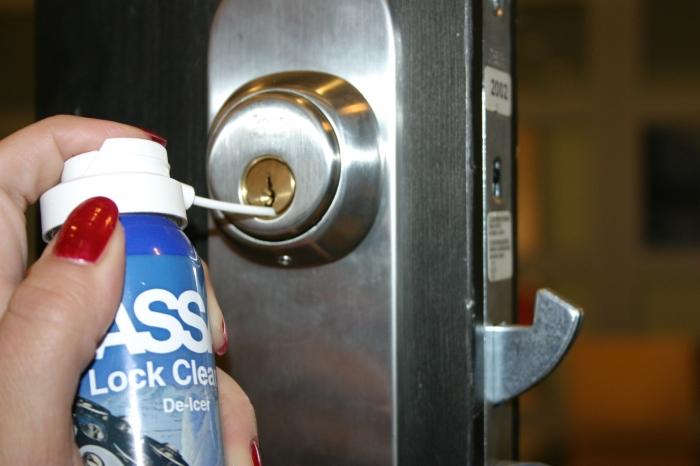 Очистка замка двери
