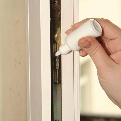 Смазывание фурнитуры пластиковой двери