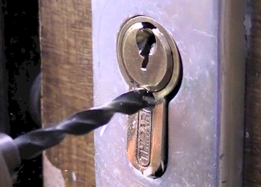 Высверливание личинки замка двери