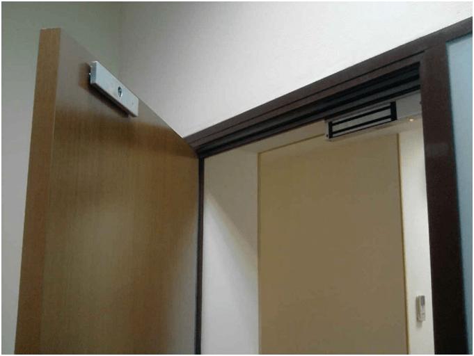 Электромагнитный замок на полотне и коробке двери