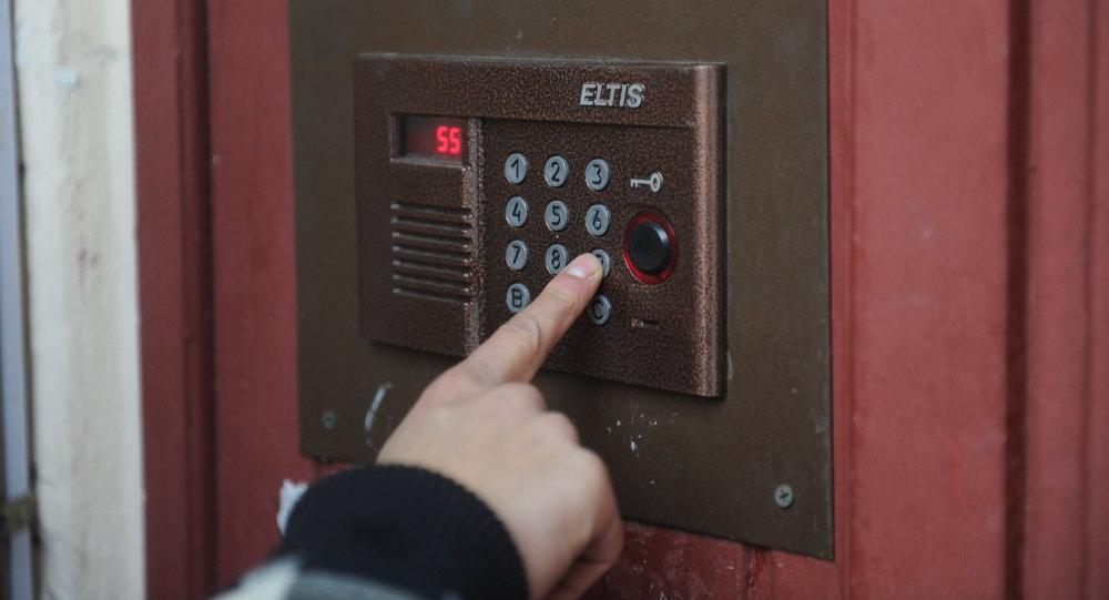 Набор номера квартиры на домофонном устройстве